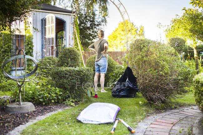 Woman gardening in backyard — Stock Photo