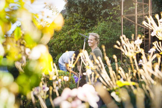 Щаслива пара садівництво разом — стокове фото