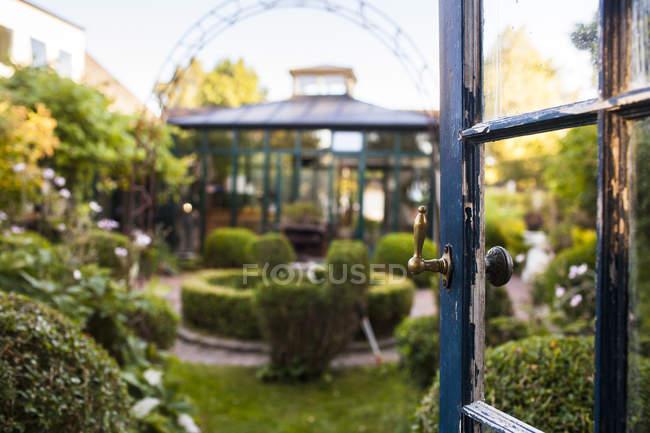 Сад и открытая дверь — стоковое фото