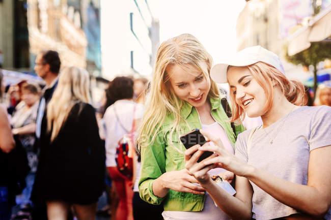 Жінки, що використання мобільного телефону — стокове фото