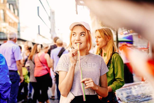 Женщина ест лакричные конфеты — стоковое фото