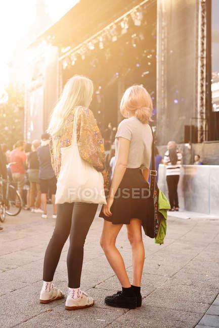 Жіночий друзів, що стояв на фестивалі музики — стокове фото