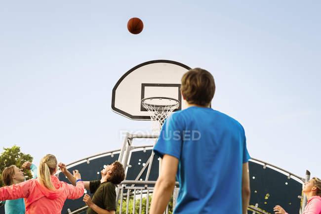 Amigos que juegan baloncesto en el Parque - foto de stock