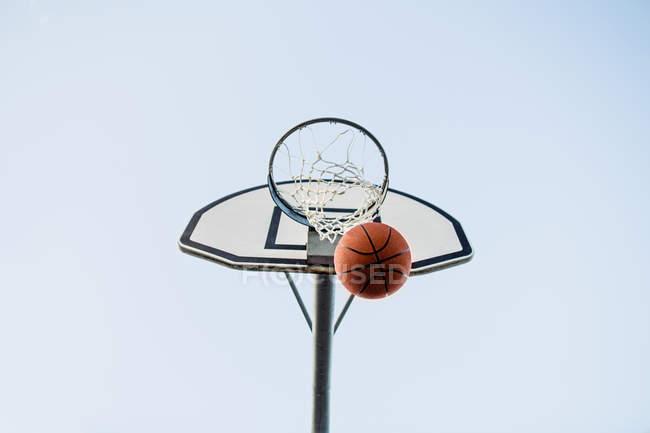 Basketball hoop and ball against sky — Stock Photo