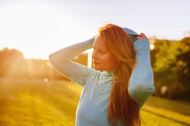 Female athlete at park during sunset — Stock Photo