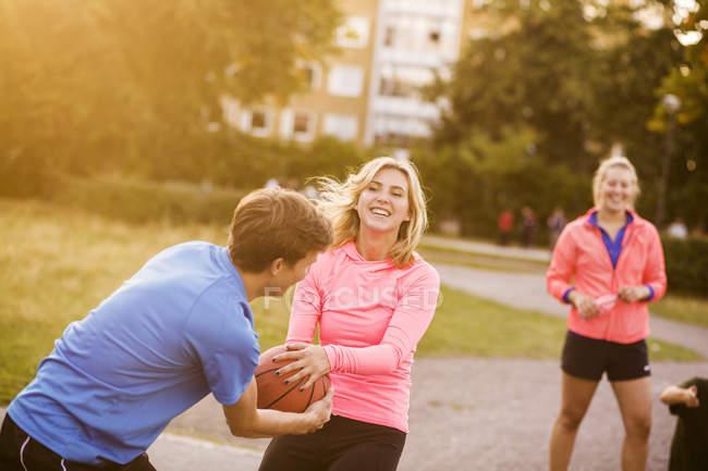 Amis jouant au basket au parc — Photo de stock