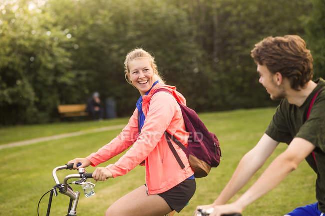 Menina e menino andar de bicicleta — Fotografia de Stock