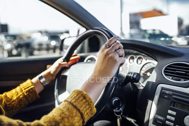 Donna guida auto — Foto stock