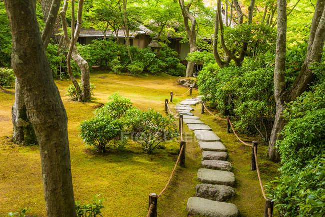 Pflasterweg in Okochi Sanso Garten — Stockfoto