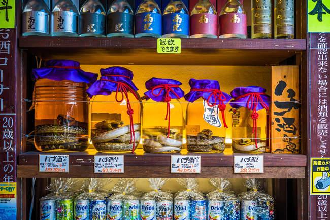 Gläser mit Spirituosen auf Agamori-Basis — Stockfoto