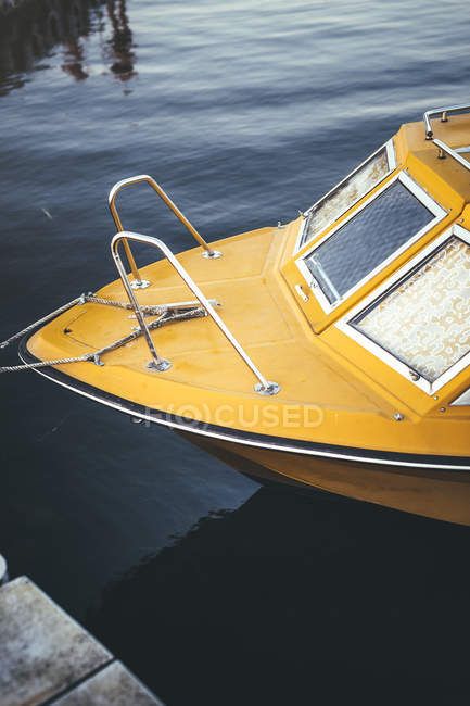 Yellow boat moored on lake — Stock Photo