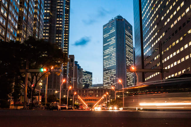 Calle cerca del edificio del Gobierno Metropolitano de Tokio - foto de stock