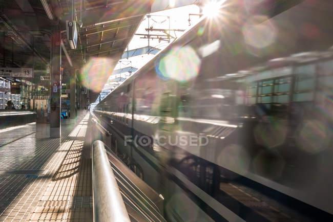 Shinkansen treno arrivando alla stazione — Foto stock