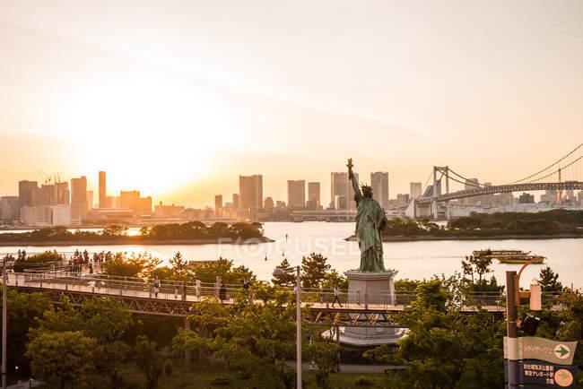 Skyline de Tokyo avec la Statue de la liberté — Photo de stock