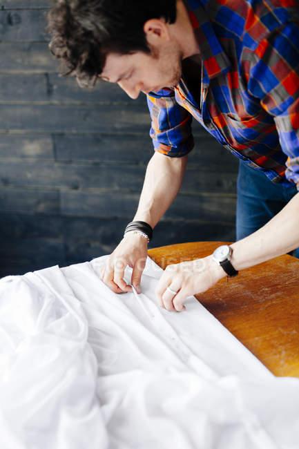 Masculino designer pinning branco têxtil — Fotografia de Stock