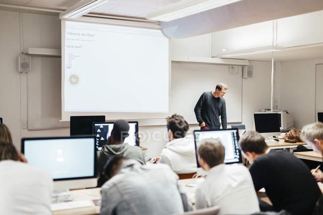 Schüler und Lehrer im Klassenzimmer — Stockfoto