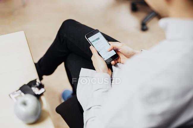 Media student using smart phone — Stock Photo