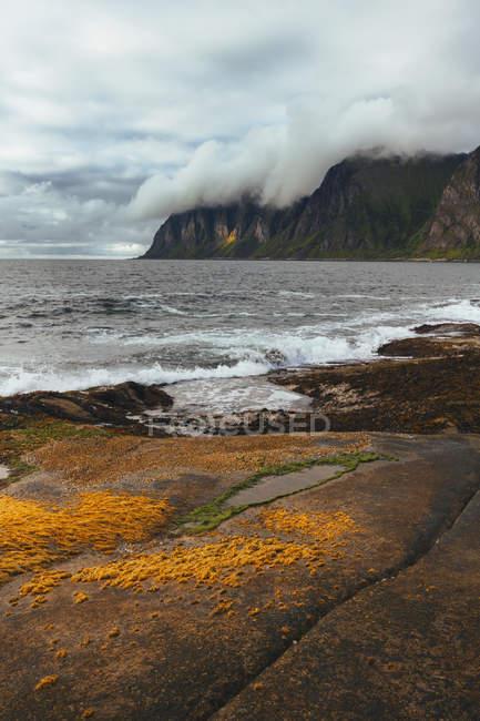 Морські хвилі кидаючись — стокове фото