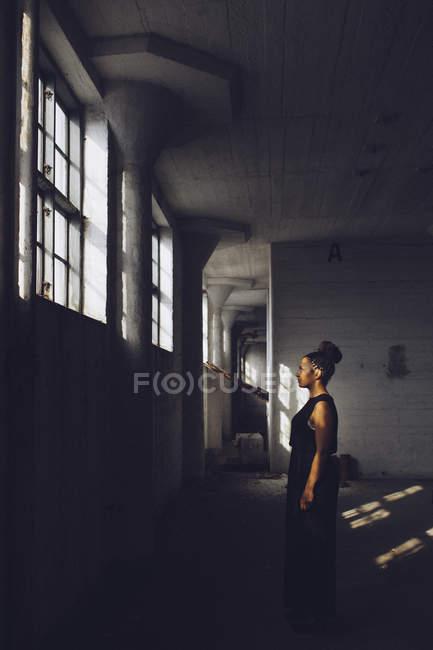 Mulher em fábrica abandonada — Fotografia de Stock