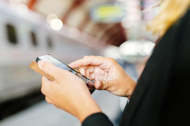 Femme d'affaires à l'aide de téléphone intelligent — Photo de stock