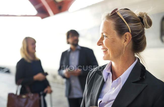 Donna di affari in piedi alla stazione della ferrovia — Foto stock