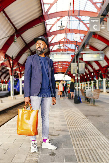 Man standing at railroad station — Stock Photo