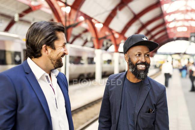 Empresários felizes na estação ferroviária — Fotografia de Stock