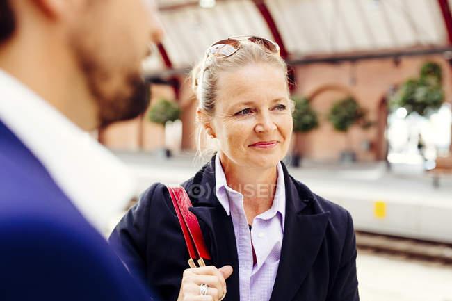 Empresária em pé com colega — Fotografia de Stock