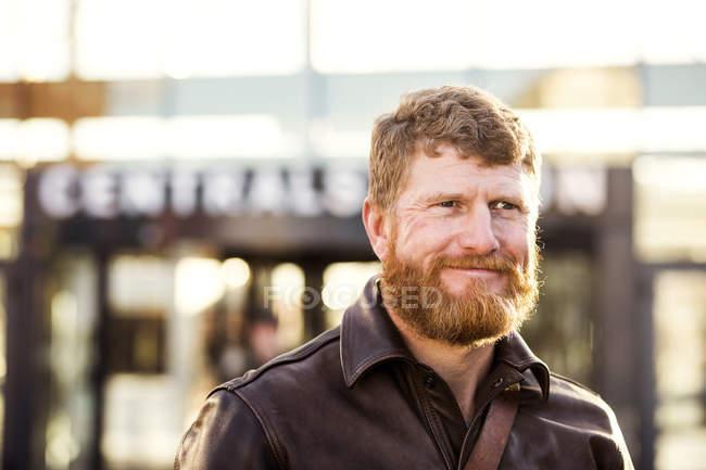 Homem fora da estação central — Fotografia de Stock