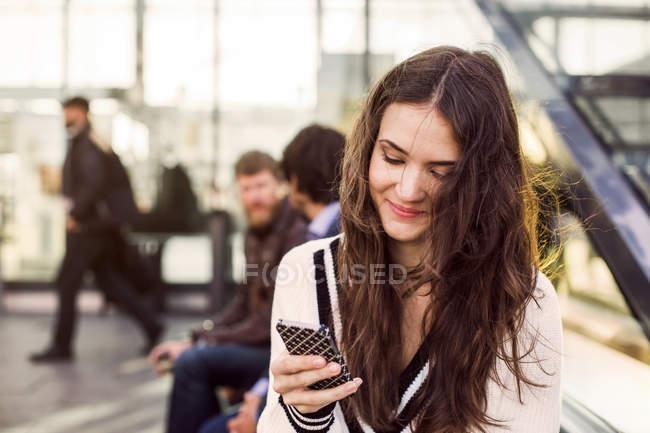 Empresaria mediante teléfono móvil - foto de stock