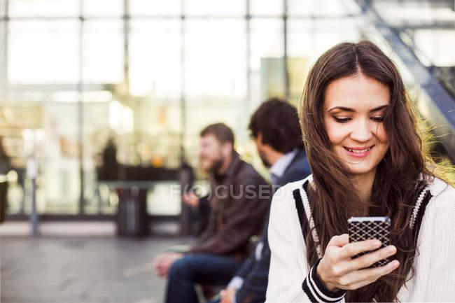 Бизнесвумен, использующая смартфон — стоковое фото