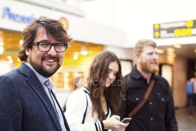 Щасливі бізнесмен з колегами — стокове фото