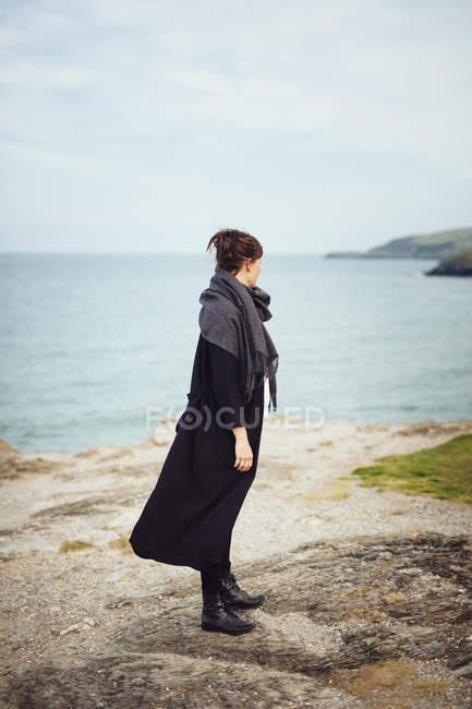 Жінки стоять біля пляжу — стокове фото