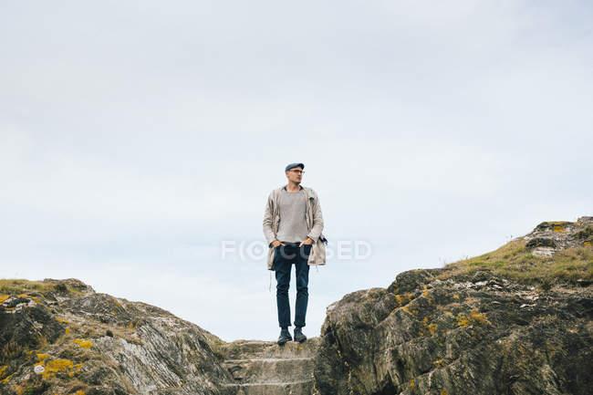 Homme debout sur la falaise — Photo de stock