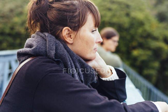 Femme à la recherche du point d'observation — Photo de stock