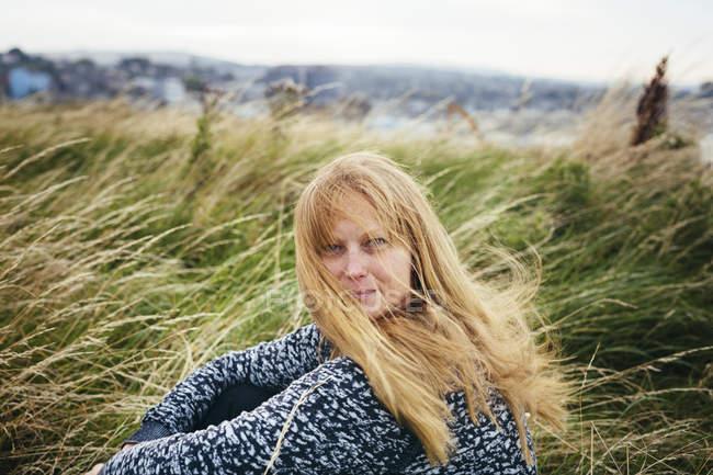 Donna bionda premurosa sul campo — Foto stock