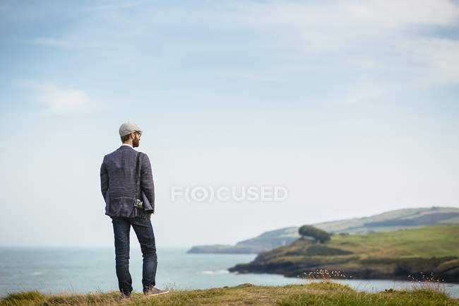 Man standing on hill — Stock Photo