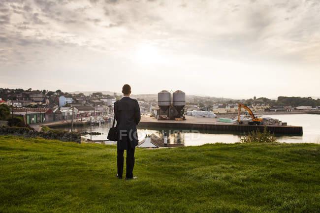 Человек, стоящий на холме — стоковое фото