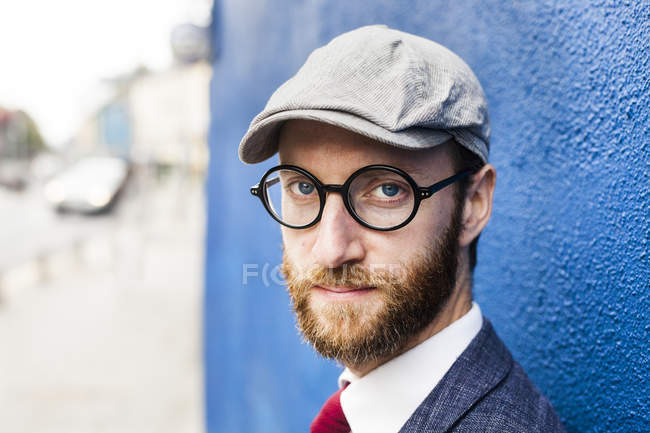 Confident man by blue wall — Stock Photo
