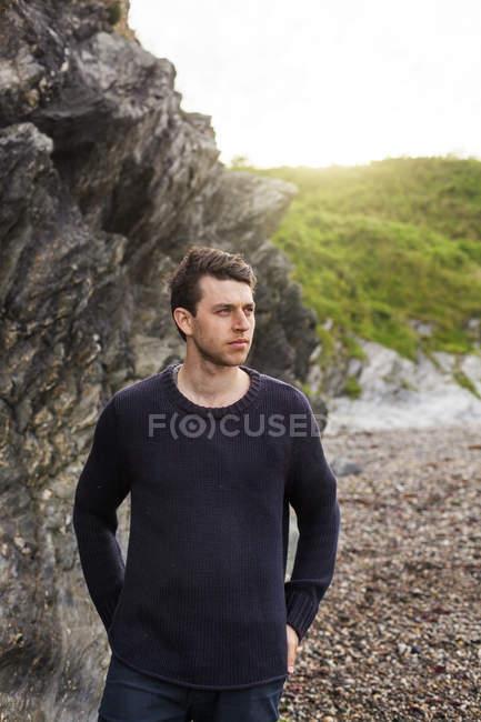 Чоловік, що стоїть на пляжі — стокове фото