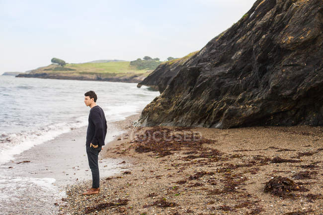 Man on sea shore — Stock Photo