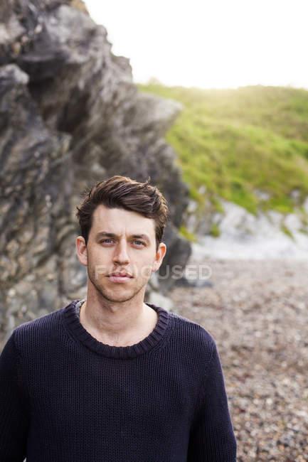 Юнак стоячи на пляжі — стокове фото