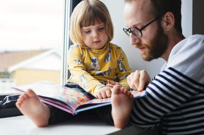 Vater und Tochter-Lesebuch — Stockfoto