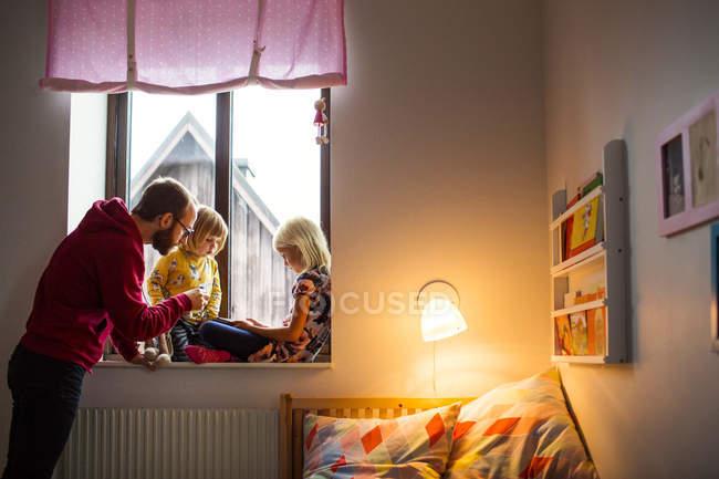 Pai ajudando as crianças no uso de tablet — Fotografia de Stock