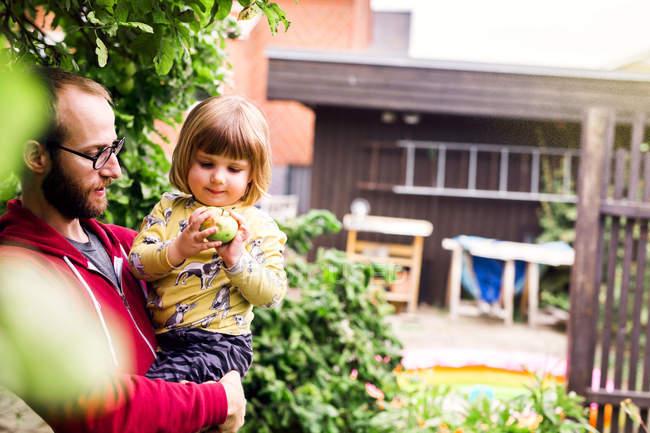 Pai e filha com maçã — Fotografia de Stock