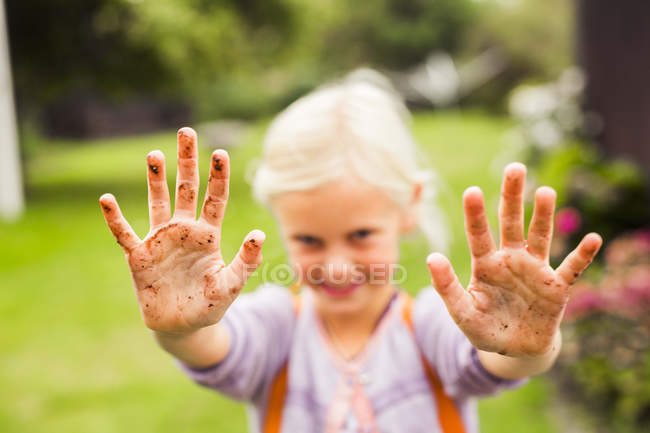 Girl showing her dirty hands — Stock Photo