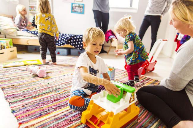 Familia pasar tiempo de calidad juntos - foto de stock