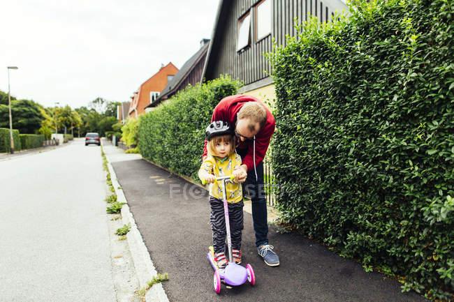 Homem ensinando filha — Fotografia de Stock