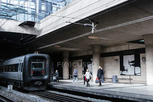Gente che cammina sulla piattaforma della stazione della ferrovia — Foto stock