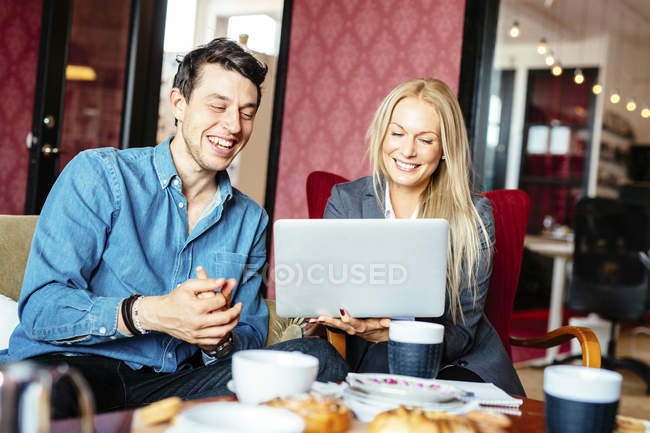 Бізнес - колеги, які користуються ноутбуком — стокове фото